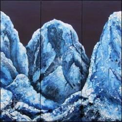 drei blaue Berge verschneite Landschaft vereistes Gebirge bei Nacht Winterlandschaft