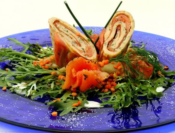 gebeizter Lachs auf Gurken-Linsen-Salat Jogurthsauce