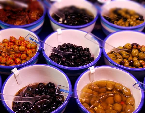 grüne und blaue Oliven Schüssel mit Löffeln
