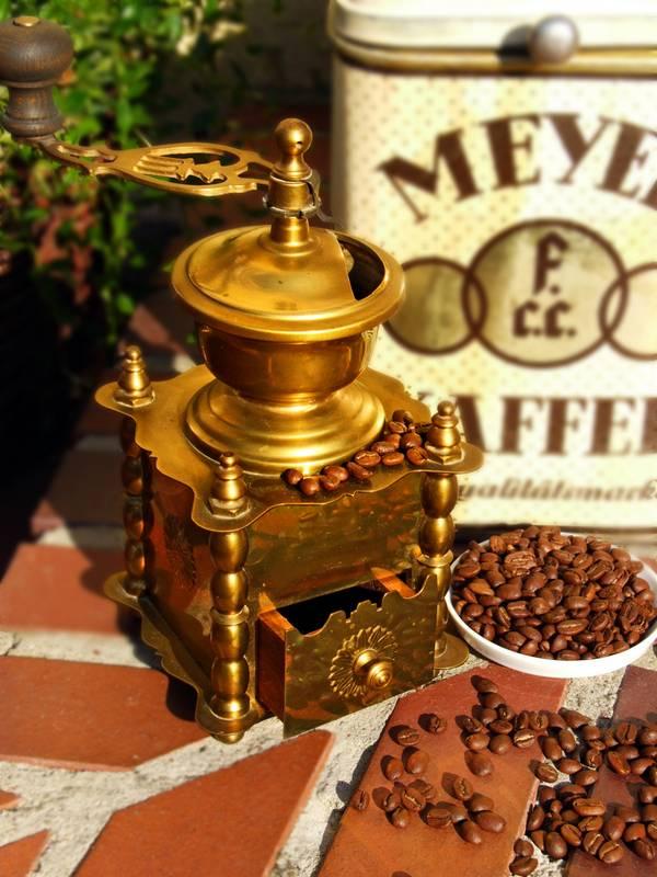 Kaffeemühle Kaffeebohnen Cafe goldene Kaffeedose
