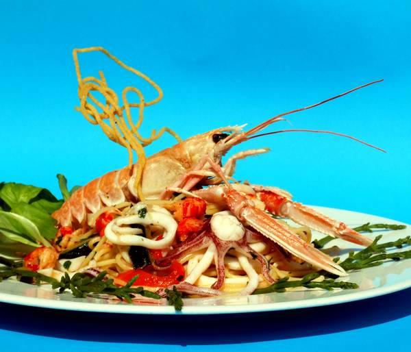 Spaghetti Calamari Kalmare Weinglas frische Algen