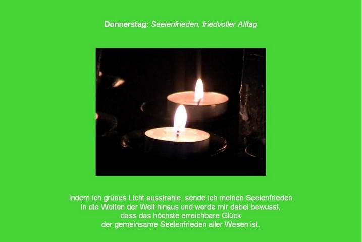 Grünes Bild mit zwei Kerzen: Farb- und Friedensmeditation mit der Farbe Grün und Kerzen