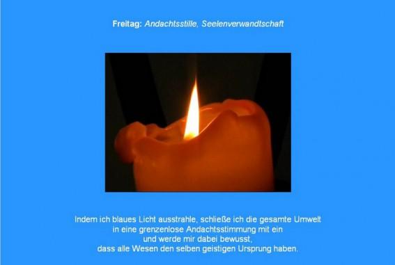 Meditation in Blau mit brennender Kerze