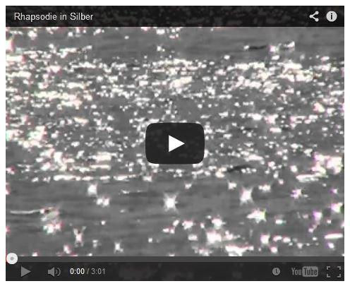 Friedensmeditation mit silbernem Sonnenlicht auf dem Meer