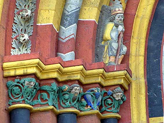 Limburger Dom - Skulpturen am Eingang und bunte Kapitelle