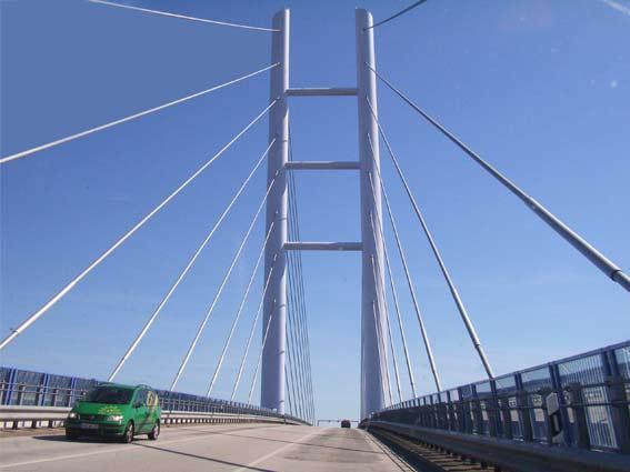 Rügen: Brücke zur Insel Rügen mit Auto und blauem Himmel