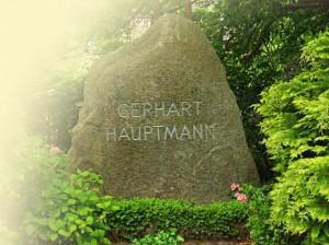 Grabstein (Felsen) am Grab von Gerhart Hauptmann in Kloster auf der Insel Hiddensee