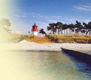 """Leuchtturm """"Luchte"""" im Süden der Insel Hiddensee mit elfenbeinfarbenem Sandstrand, Dünen, Kiefernwald - vom Wasser aus fotografiert."""
