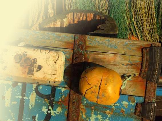 buntes hölzernes Detail eines alten Fischerboots im Sassnitzer Hafen auf Rügen