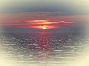 Sonnenaufgang auf der Insel Rügen im silberbläulichen Licht.