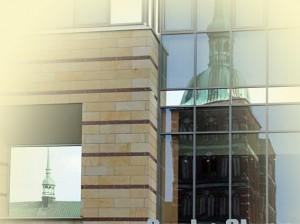 Marienkirche in Stralsund Spiegelbild der Glasscheibe eines modernen Gebäudes