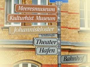 Wegweiser für Touristen in Stralsund zum Meeresmuseum Theater Hafen Johanniskloster