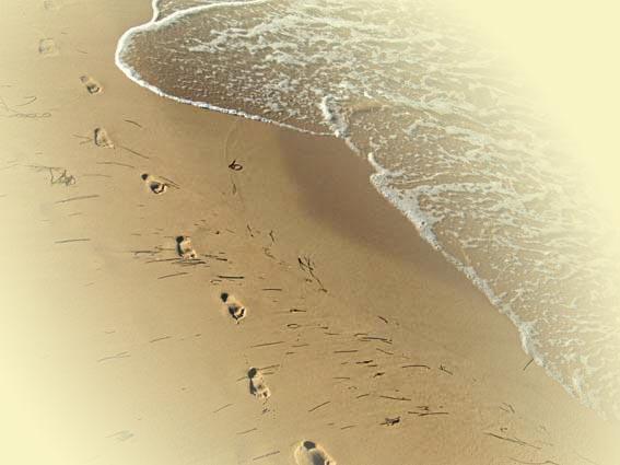 Rügen Ostküste Strand - Fußspuren im Sand mit weißen Wellen