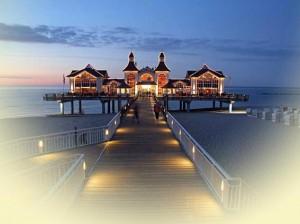 Seebrücke Sellin im blauen und rosa, sommerlichen Abendlicht auf der Insel Rügen
