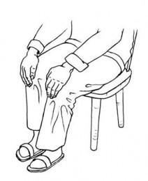 Knie-Reiki: Zeichnung mit Beinen und Händen auf den Knien liegend; Entspannung am Schreibtisch