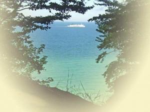 Blick von der Steilküste der Kreidefelsen auf Rügen zum Fährschiff Sassnitz