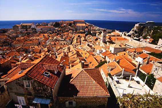 Blick von der Stadtmauer auf die Dächer Dubrovniks und die Adria