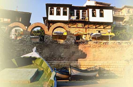 Nessebar Bulgarien Hafen Schwarzmeerhaus und Stadtmauer