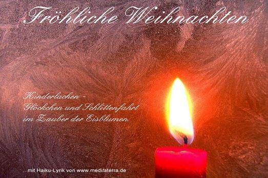 Weihnachtskarte mit Eisblumen und Kerzenlicht