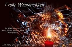 Weihnachten Glückwunschkarte mit Haiku-Lyrik, nächtlicher Hintergrund, silbern, rote Kerze im Licht