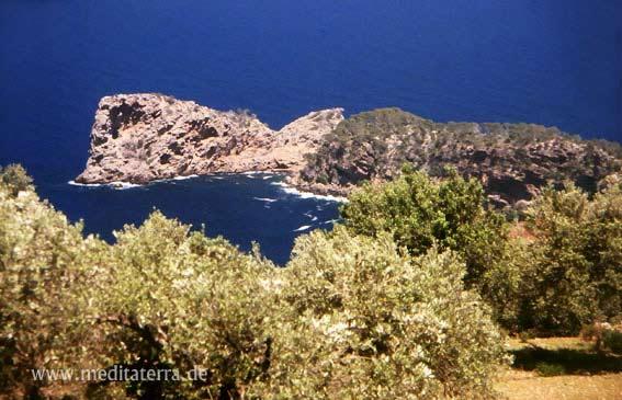 Felsenloch in der Bucht von Son Marroig auf Mallorca mit Olivenbäumen und tiefblauem Meer
