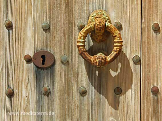 Mallorca - rustikale Holztür in einem Bauerndorf mit rostigem Schloss und rundem Türklopfer