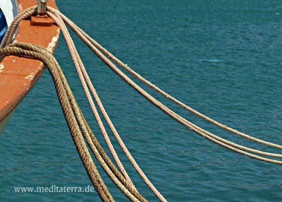 Schiff im Hafen - Mit Schiffsseil und blauem Meer