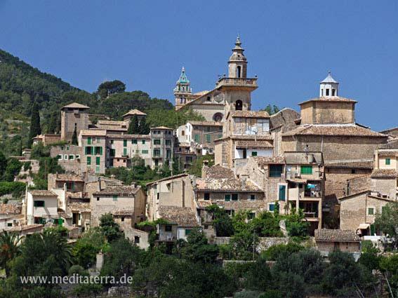 Mallorca Valldemossa mit Kartause-Glockenturm - Westküste Tramuntana - blauer Himmel