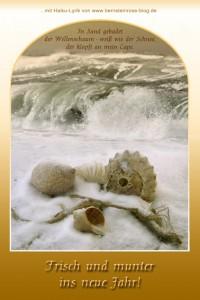 kostenlose Neujahrskarte mit Meereswellen, Haiku-Gedicht, Muscheln, Strand