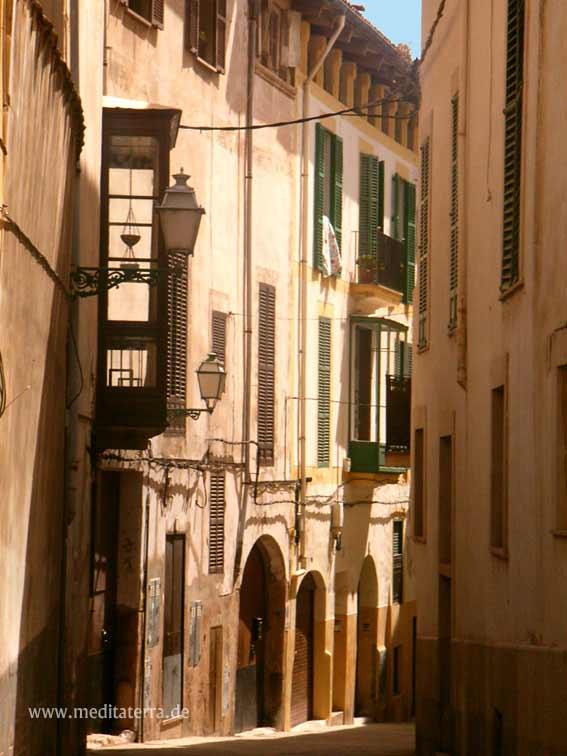 Gasse in der Altstadt von Palma de Mallorca - beige Mauern mit Hauseingängen und Fenstern