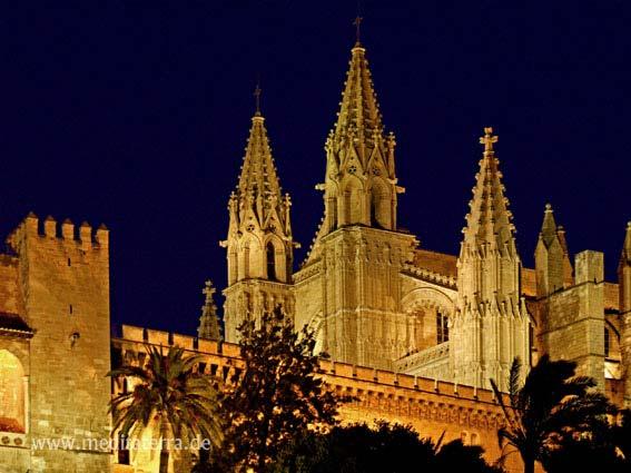 Kathedrale La Seu im goldenen Abendlicht - Palma de Mallorca - dunkelblauer Abendhimmel