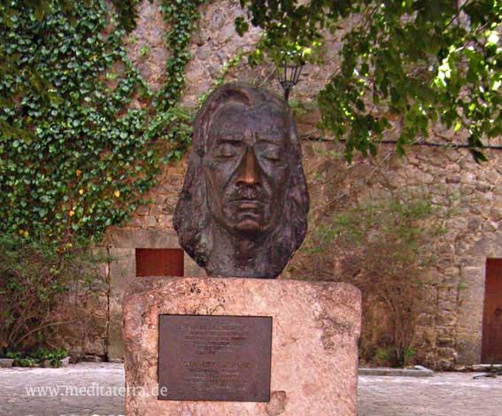 Valldemossa: Denkmal Frédéric Chopin an der Kartause mit Eufeu im Hintergrund / Mallorca