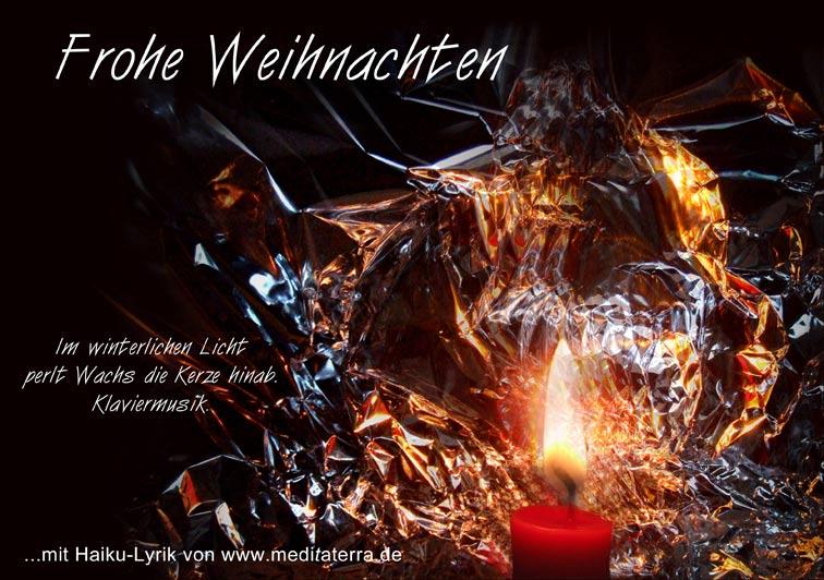 Weihnachtsgruß mit Haiku-Gedicht und roter Kerze: Klaviermusik, Kerzenwachs, winterliches Licht, Frohe Weihnachten