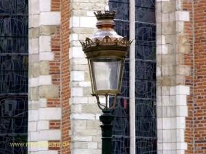 Schöne Laterne an einer Kirche in der Brüsseler Altstadt