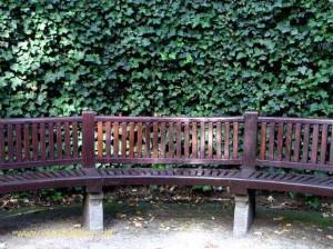 Brüssel: Bank mit Hecke in der Gartenanlage du Sablon