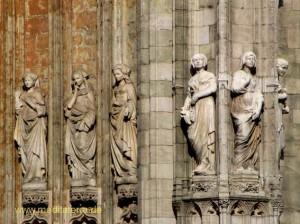 Brüssel: Frauenfiguren an der Kathedrale Notre Dame du Sablon