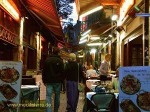 Rue des Bouchers Fressgasse in Brüssel bei Abendlicht