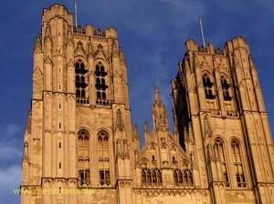 Vorderfront mit Turmspitzen der Kathedrale St. Michele Gudule in Brüssel