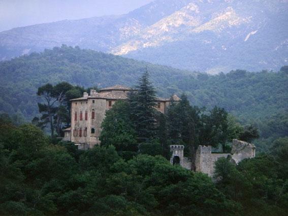 Picasso-Schloss in Vauvenargues in der Provence mit Mont Sainte-Victoire im Hintergrund