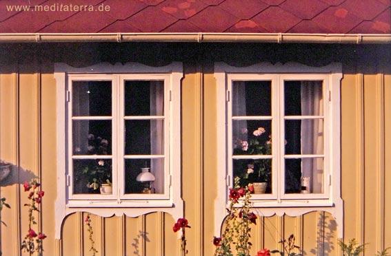 Fensterverzierungen an einem schwedischen Holzhaus in Arild
