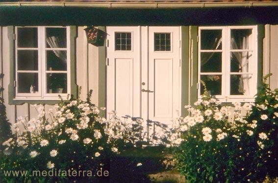 Haustür an einem Holzhaus in Arild