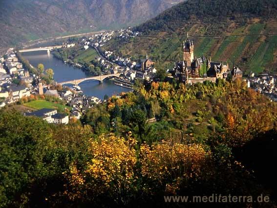 Burg Cochem an der blauen Mosel im Herbst