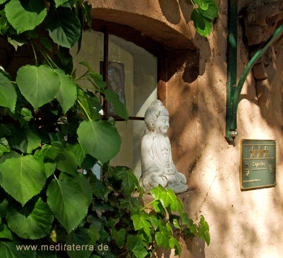 Buddhafigur am Eingang des Landhauses Arnoth in Kleinich