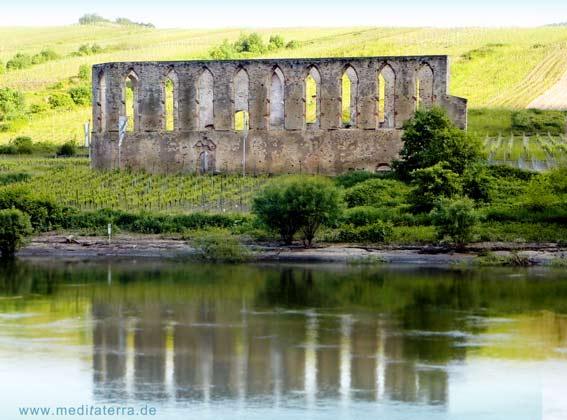 Klosterruine Stuben Spiegelbild in der Mosel