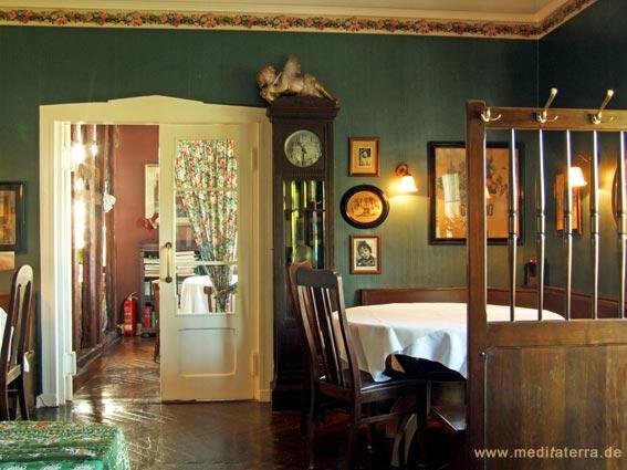 Gaststube im Landhaus Arnoth mit Standuhr und Tisch