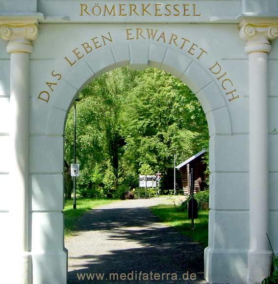 Eingang zum landschaftstherapeutischen Park im Römerkessel Bad Bertrich