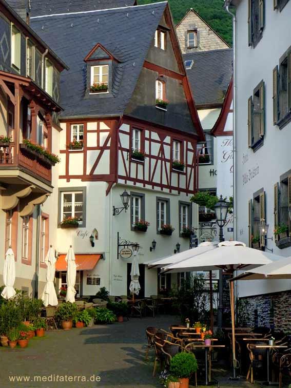 Fachwerkgasse mit Restaurant in Beilstein an der Mosel