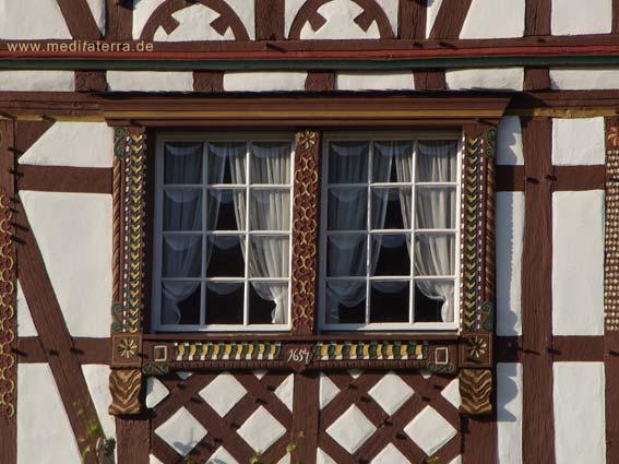 Fachwerkhaus: Zwei Fenster mit hübschen Gardinen als schönes Detail
