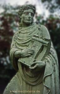 Steinfigur in einem Weinort an der Mosel