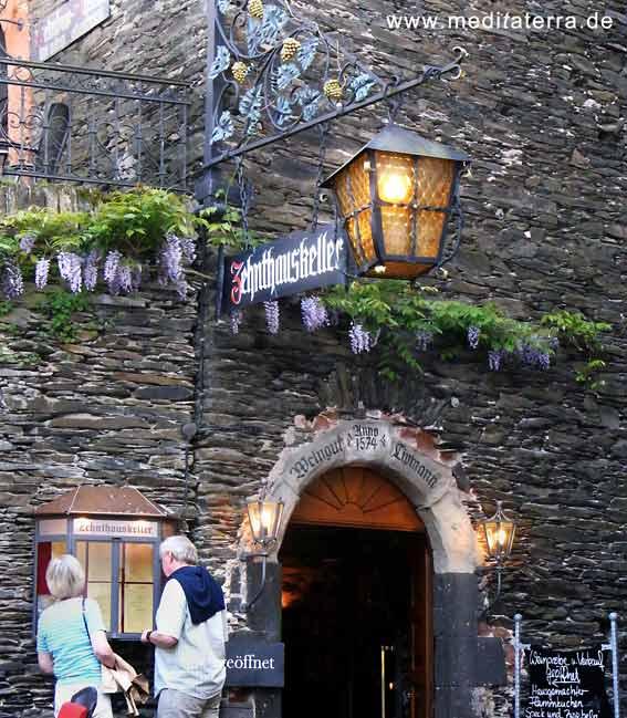 Weinkeller mit Restaurant an der Mosel - Laterne und Passanten